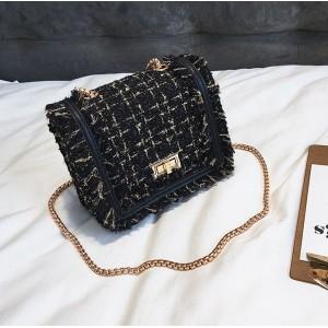Čierna kabelka crossbody so zlatými detailami