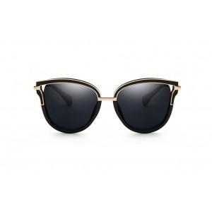 Čierne slnečné okuliare so zlatým prvkom na ráme a rúčkach