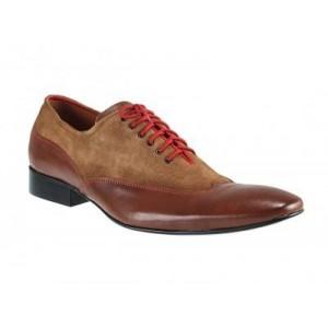 Manažérska obuv hnedej farby v kombinácií s brúsenou kožou, prešívana červenou nitkou a doplnená červenými šnúrkami