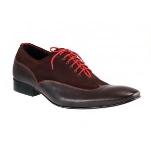 Kožená obuv prešívaná červenou niťou doplnená hnedým zvrškom z brúsenej kože