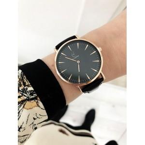 Elegantné čierne hodinky doplnené ružovo zlatým kovom