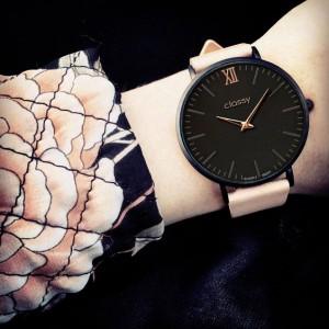 Elegantné dámske hodinky s čiernym ciferníkom a ružovým remienkom