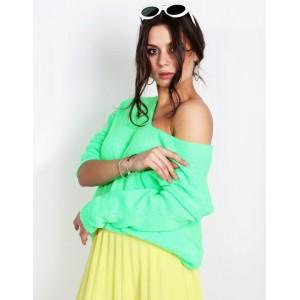Trendy dámsky sveter v módnej neónovo zelenej jarnej farbe