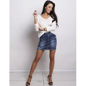 Dámsky moderný pletený sveter v krémovo bielej farbe s V výstrihom