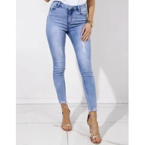 Svetlo modré dámske jeansy zakončené trendy roztrapkaním na nohách