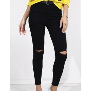 Trendy dámske čierne rifle s módnymi dierami na kolenách