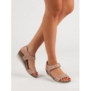 Originálne dámske sandále na platforme v ružovej farbe s leskom