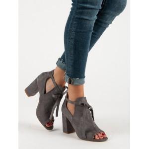 Originálne dámske sandále v sivej farbe na opätku a s dizajnovou šnúrkou