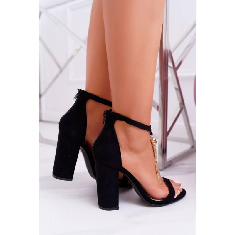 26089271e8 Elegantné dámske čierne sandále ozdobené zlatou retiazkou