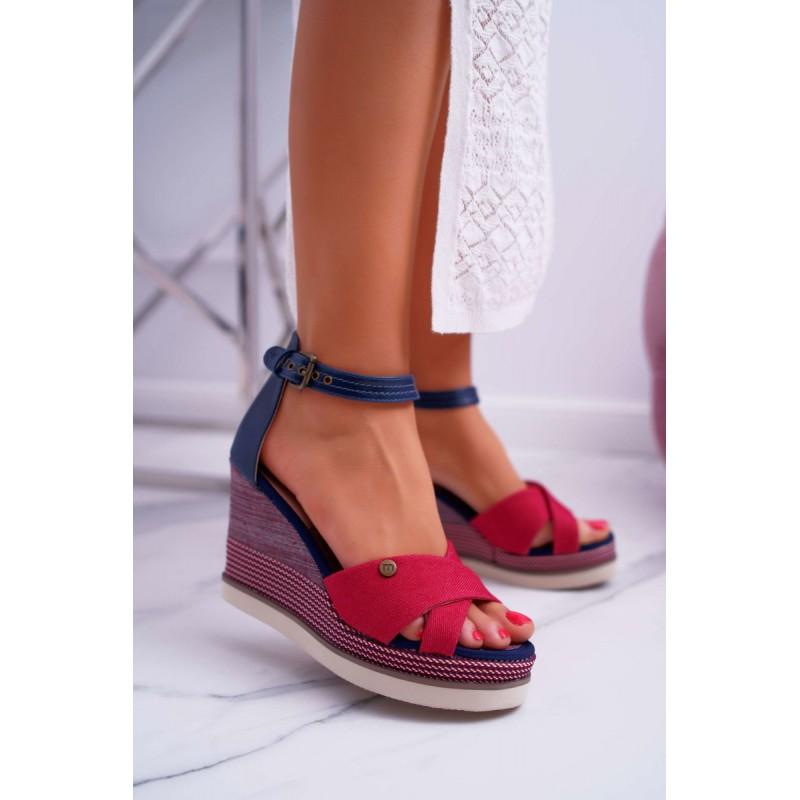 0388d9043d36 Dámske červené sandále na platforme s remienkom