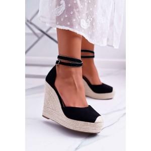 Čierne dámske sandále na platforme s vybijaným remienkom
