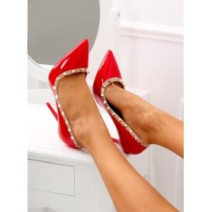 Sexy dámske červené lodičky na vysokom opätku ozdobené cvokmi
