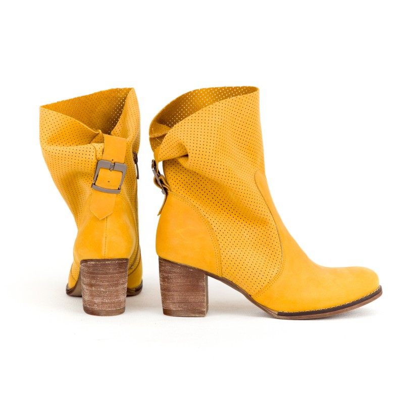 203f9842b Štýlové dámske kožené topánky kovbojky v krásnej žletej farbe · Štýlové  dámske kožené topánky ...