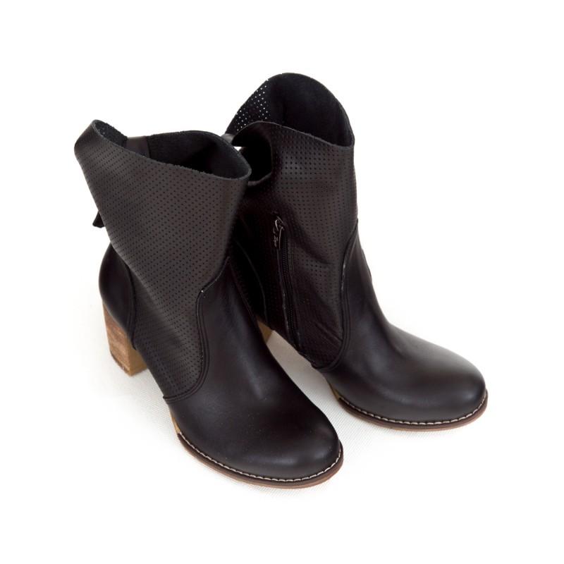 a239c2e6e6b3 Luxusné dámske čierne kožené členkové topánky kovbojky s prackou