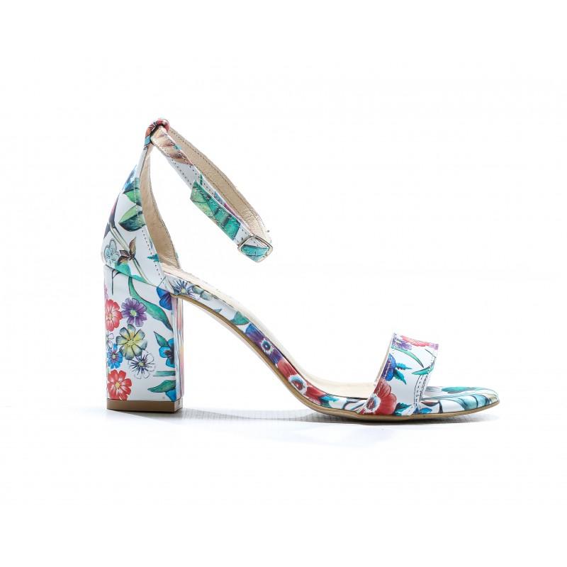 d4754a29b8d5 Letné dámske kožené sandále biele s kvetinovým motívom a na opätku
