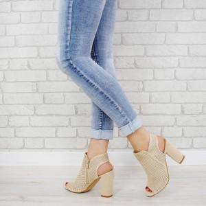 Dámske béžové sandále na vysokom plnom opätku so zipsom