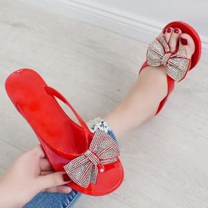 Štýlové červené dámske šľapky s veľkou striebornou mašľou
