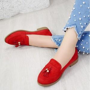 Originálne červené semišové dámske mokasíny so designovým strapcom