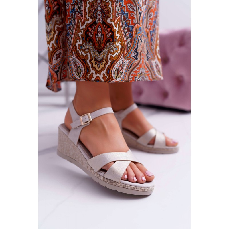 c5e20dc021b6 Pohodlné dámske béžové sandále s elegantným prekrížením a platforme