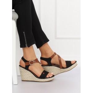 Elegantné letné sandále čiernej farby na platforme