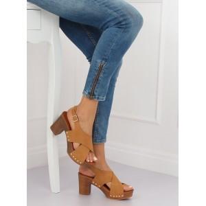 Štýlové dámske hnedé sandále dreváky s cvokmi na vysokom opätku