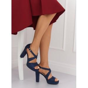 Krásne tmavomodré sandále na platforme na módnom plnom opätku