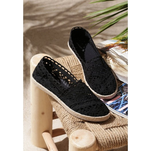 Letné dámske čipkované espadrilky čiernej farby