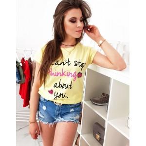 Svetlo žlté dámske tričko na voľný deň s trendy potlačou
