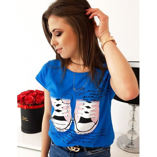 Dámske tričko v azúrovo modrej farbe s trendy potlačou tenisiek