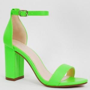 Trendy dámske neónovo zelené sandále na módnom plnom opätku