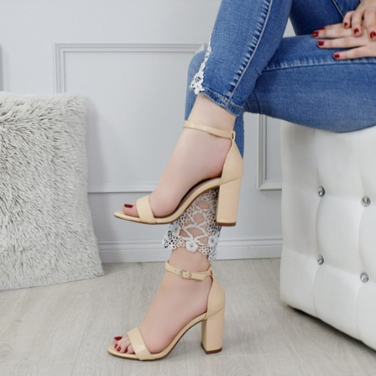 Béžové dámske sandále na plnom opätku s viazním okolo nohy