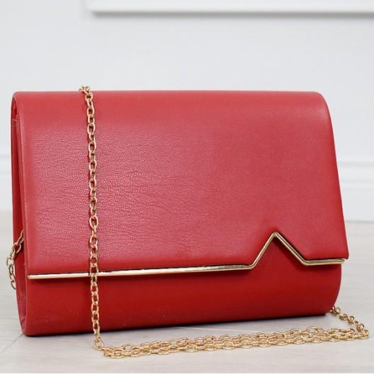 Krásna červená kabelka so zlatou retiazkou a zlatým lemom