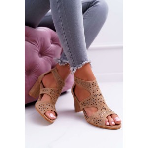 Elegantné dámske hnedé sandále s výrezmi a cvokmi na trendy opätku
