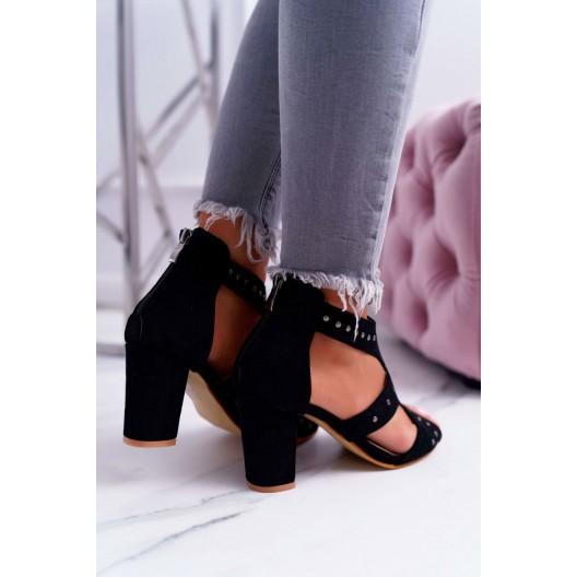 Čierne semišové sandále s decentnými cvokmi a na plnom opätku