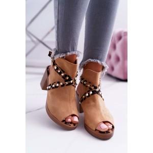 Štýlové dámske sandále v camel farbe s trendy pásmi a na plnom opätku