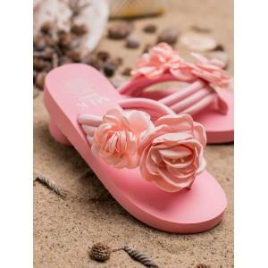 Krásne ružové žabky na pláž s veľkými ozdobnými kvetmi