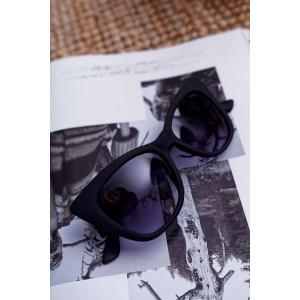 Čierne matné dámske slnečné okuliare so zlatou ozdobou na rúčke