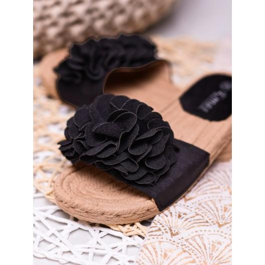 Štýlové dámske čierne šľapky s čiernymi kvetmi a pletencovou podrážkou