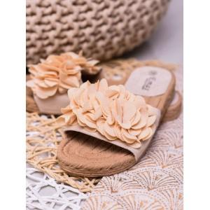 Trendy dámske béžové šľapky s kvetmi na pletencovej gumenej podrážke