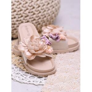 Moderné dámske béžové šľapky na pláž s ozdobnými kvetmi
