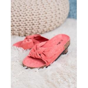 Moderné dámske semišové šľapky korálovej farby na korkovej podrážke