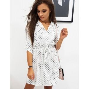 Krásne biele bodkované šaty so zapínaním na gombíky a opaskom