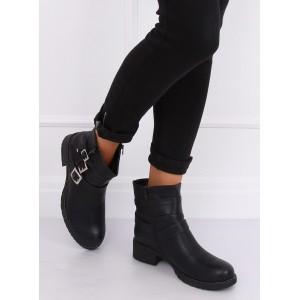 Zateplená členková obuv so zapínaním na zips a ozdobnými prackami