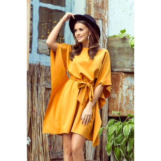 Štýlové dámske žlté šaty s opaskom zvýrazňujúcim postavu