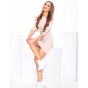 Obtiahnuté dámske ružové šaty na leto