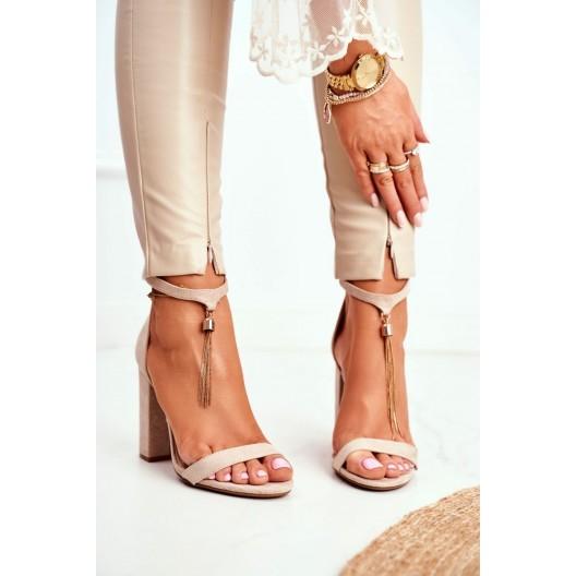 Elegantné béžové sandále s decentnou ozdobnou retiazkou