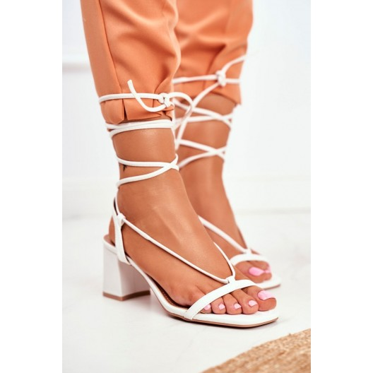 Biele dámske sandále na plnom opätku a s viazaním okolo nohy