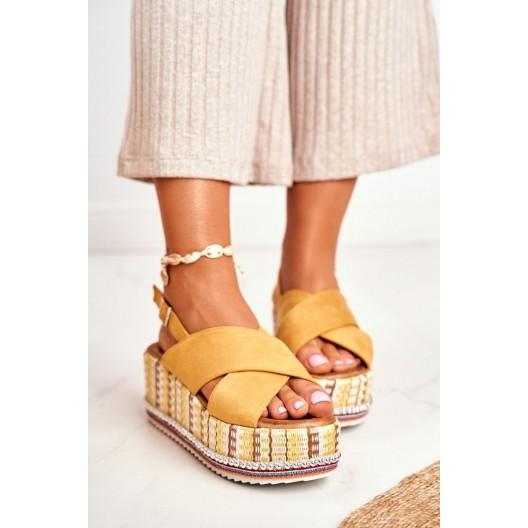 Pohodlné dámske žlté sandále na hrubej farebnej platforme