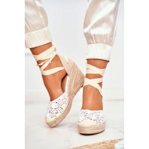 Biele dámske háčkované sandále na pletencovej platforme