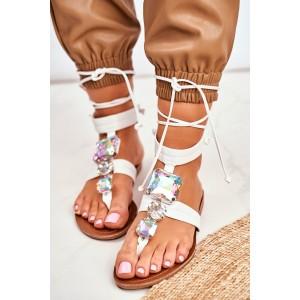 Krásne biele dámske sandále s trendy viazaním a kamieňmi